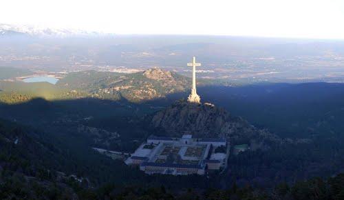 cruz-de-la-basilica-del-valle-de-los-caidos-desde-el-mirador-de-la-naranjera_65177586
